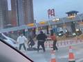 练家子!男子高速收费站10秒KO两人 警方:男子是练搏击的